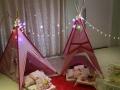 Noite das meninas. Festa do pijama para meninas com cabanas.